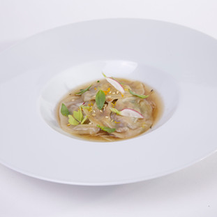 Raviole de foie gras / bouillon de poule / copeaux de légumes