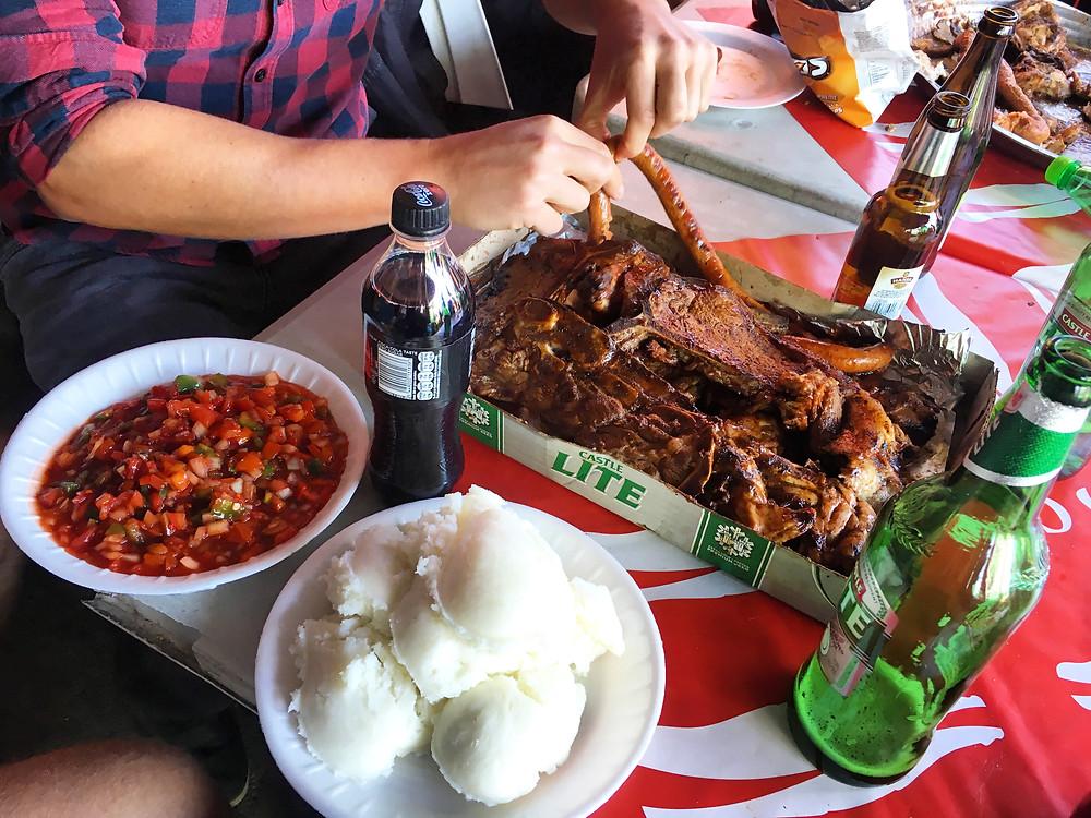 Das Fleisch aus dem Bierkarton - dazu Pap und Chakalaka! Mzoli´s ist definitiv ein Erlebnis