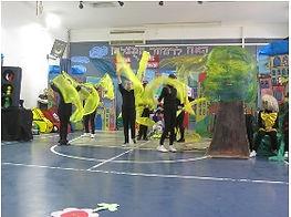 תמונות מהצגת האח לרמזור המוצלח מסדרת חיוכים בדרכים מאת אסתי עצמוני בית ספר ליאו בק חיפה
