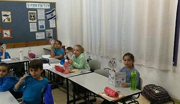 """תלמידי בי""""ס כסולות נצרת עילית בשיעור זהירות בדרכים סביב הספר סימניי דרך אסתי עצמוני"""