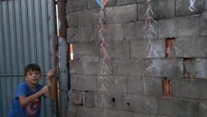Pipas que voam no muro de casa...