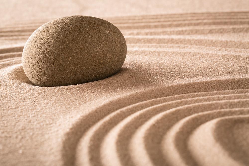 אדוות רגש ושקט בחול ואבן