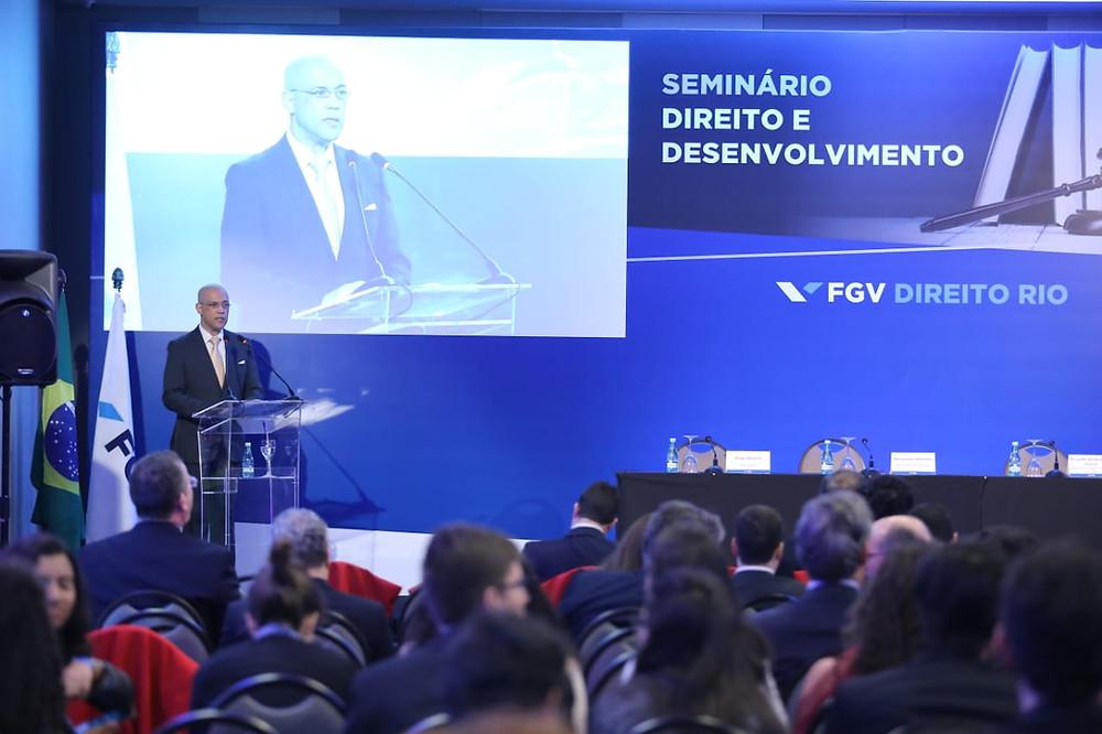 Jornalista Geraldo Fontoura apresenta o Seminário Direito e Desenvolvimento, evento realizado pela FGV Direito Rio.