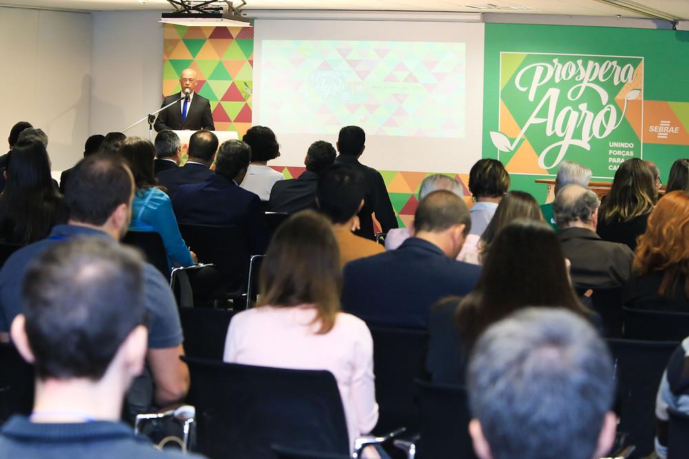 Jornalista Geraldo Fontoura apresenta evento em que Sebrae, Embrapa, Ibravin e Abcs firmam parceria para apoiar pequenos produtores.