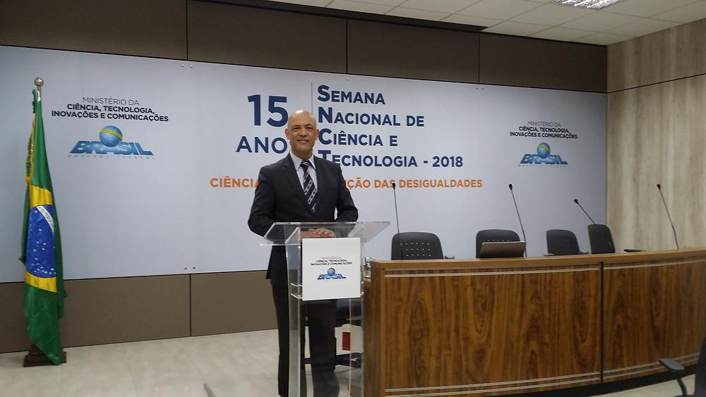 Jornalista Geraldo Fontoura atua como mestre de cerimônias no lançamento da semana nacional de ciência e tecnologia.