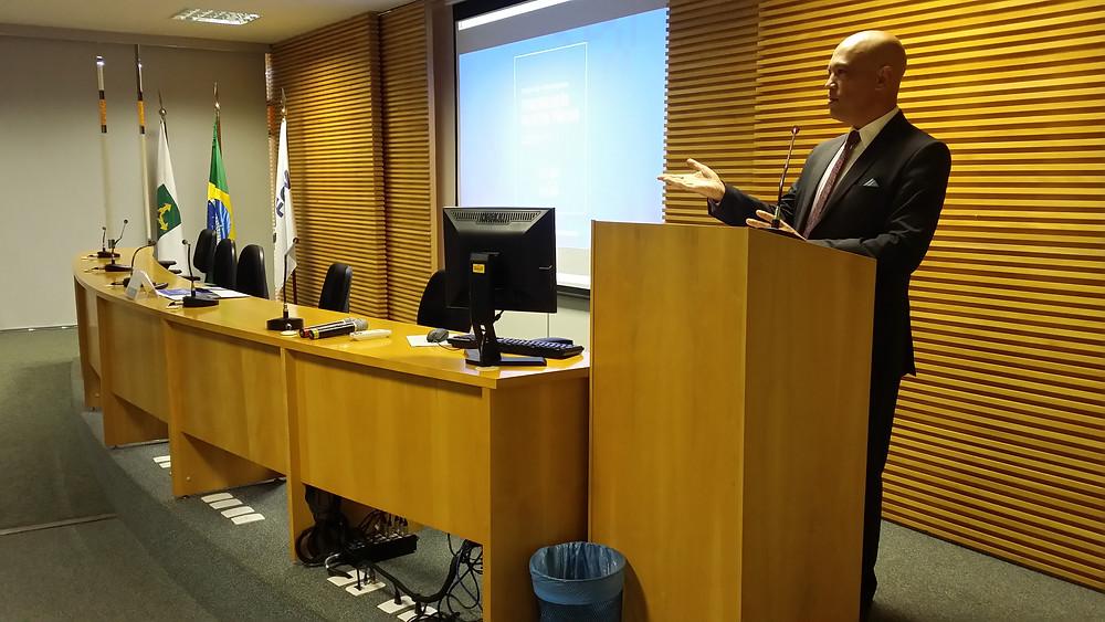 Mestre de Cerimônias Geraldo Fontoura conduz mais uma edição do ciclo de seminários sobre terceirização no serviço público. Evento realizado pela FGV.