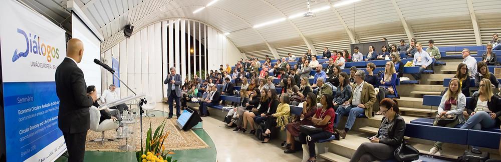 Mestre de Cerimônias Geraldo Fontoura conduz o VI Congresso brasileiro sobre Avaliação do Ciclo de Vida.