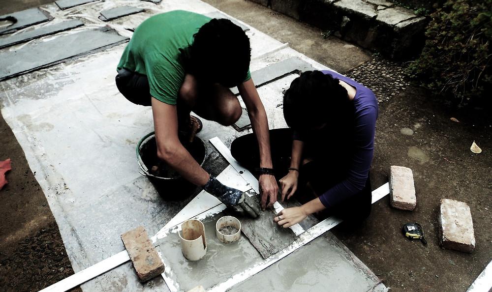 Figura 2: fazendo placas de plastocimento, que se tornarão um Bason (banheiro seco desenvolvido por Johan)