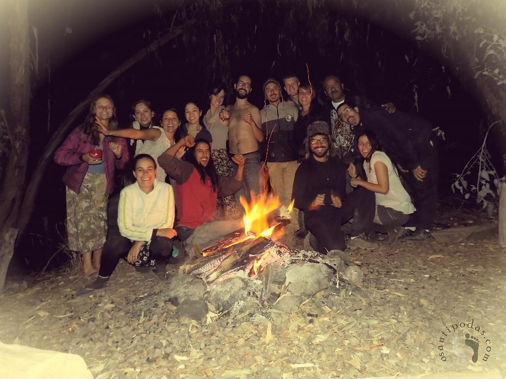 Grupo posando pra foto em frente a fogueira