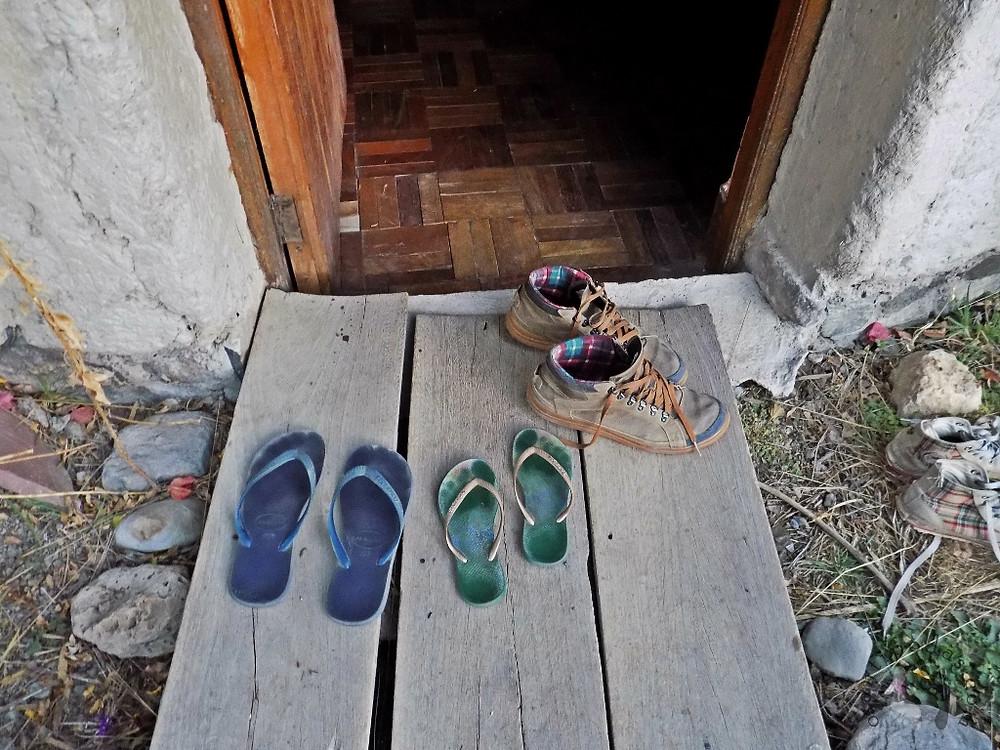 Calçados diante de uma porta