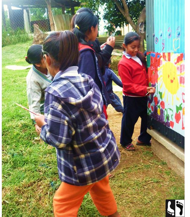 Crianças pintando os banheiros secos recém instalados em sua escola. San Marcial Ozolotepec, Oaxaca, México.