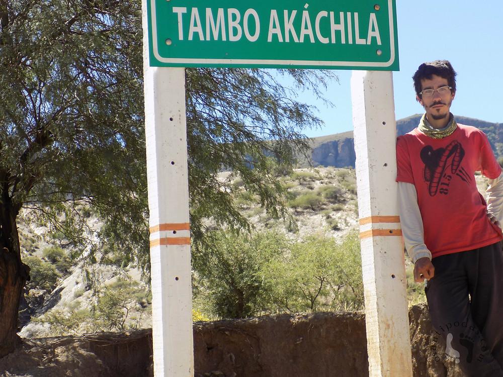 Placa de sinalização na estrada em quechua