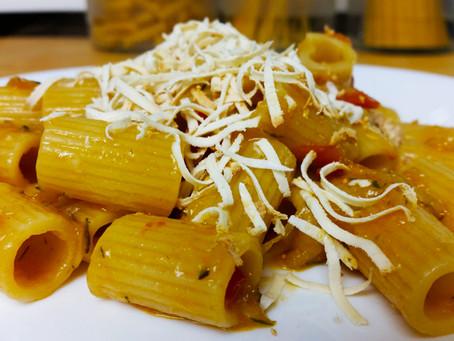 Mezze maniche zucchine pomodoro e ricotta affumicata