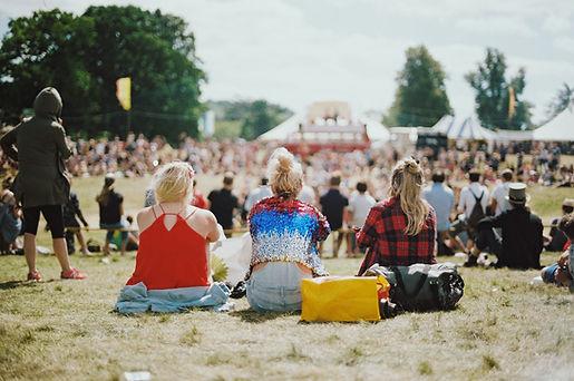 Jenter på musikkfestival