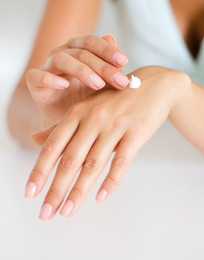 Applicera body-lotion på handens ovansida