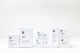 Uppradade hudvårdsprodukter i kartong med vit bakgrund