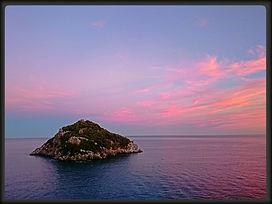 L'isola_di_Bergeggi_al_tramonto.jpg