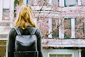 Estudiante mirando edificio