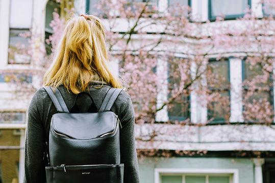 Student, der Gebäude betrachtet