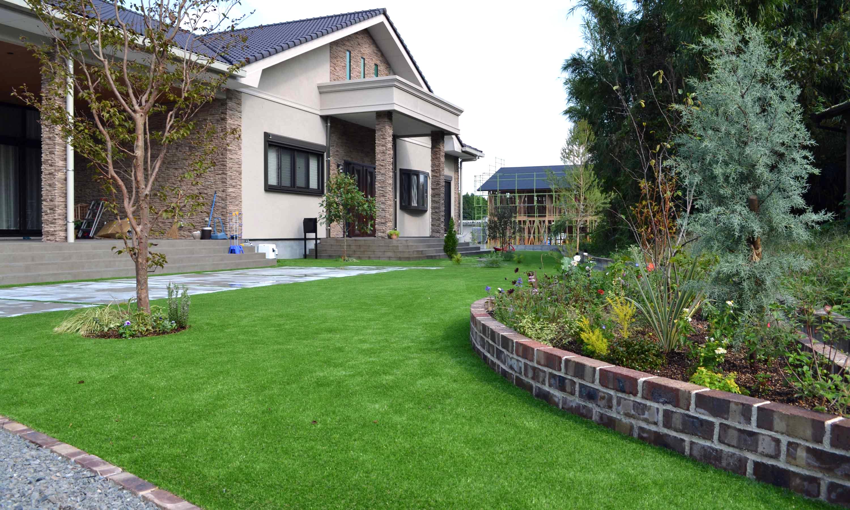 The spacious lawn garden