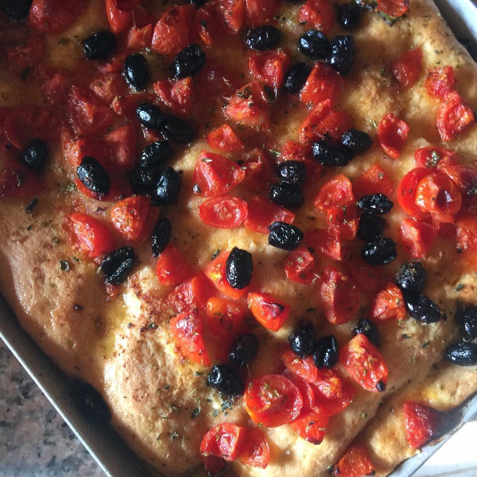 トマトとオリーブのピザ