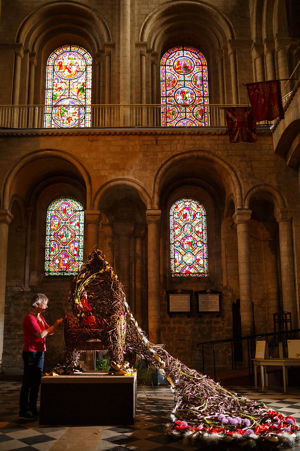 woven willow throne Ely Cathederal, ely cathederal flower show throne, throne chair willow, willow chair art, willow sculpture, natural art, Queens willow throne, chair, seats, thrones images
