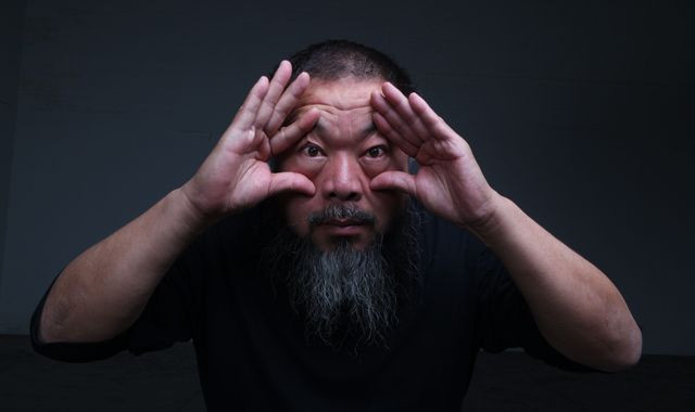 Ai Wei Wei zelfportret met twee handen.jpg