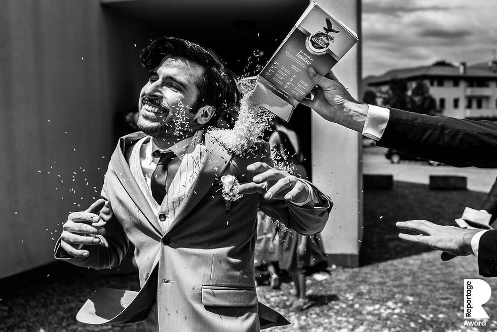 Trouwfotografie Italië, buitenlandse bruiloft, bruidsfotograaf Italië, Destination wedding in Italy, Rice throwing