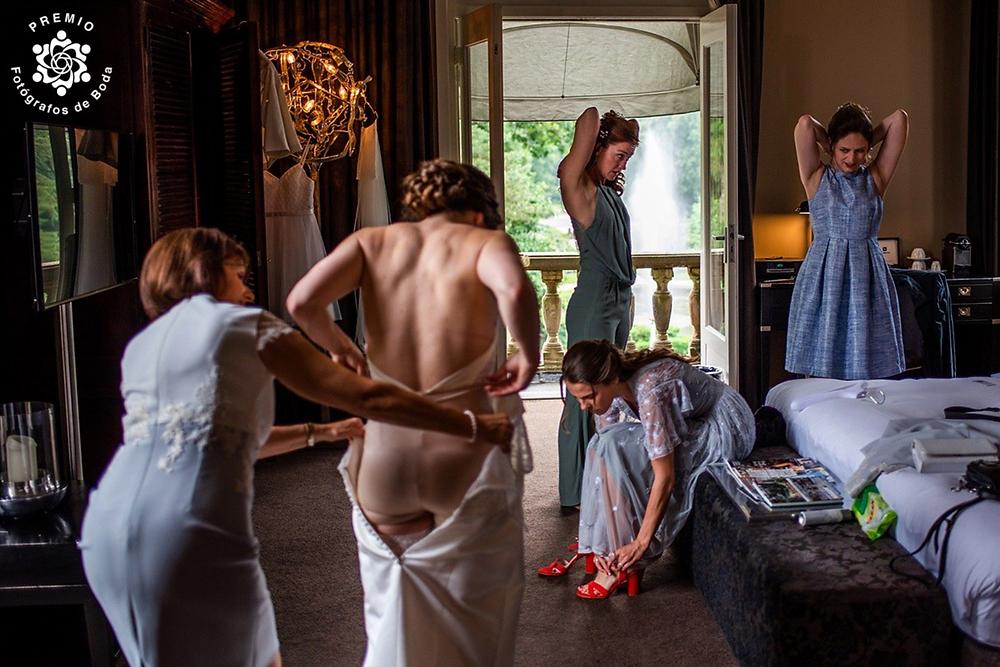 Trouwfotografie award, bruid klaarmaken, trouwjurk, verhalende trouwfotografie, bruidsfotograaf