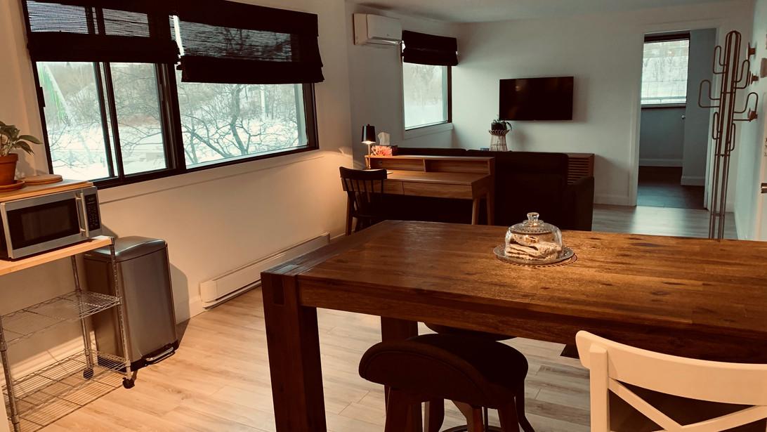 Salle à manger, bureau et salon