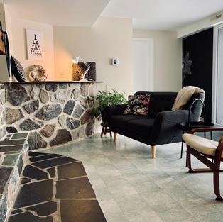 Un salon avec foyer
