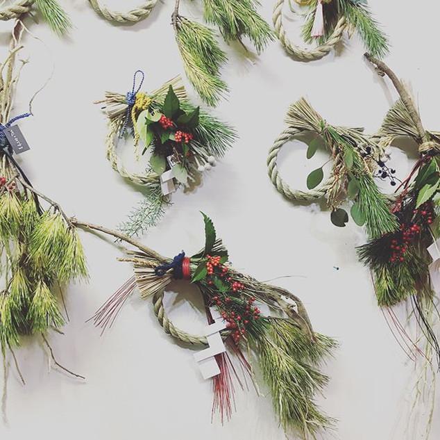 しめ飾りしめ飾り。_クリスマスソング聴きながらせっせとしめ飾りつくってたら、優し