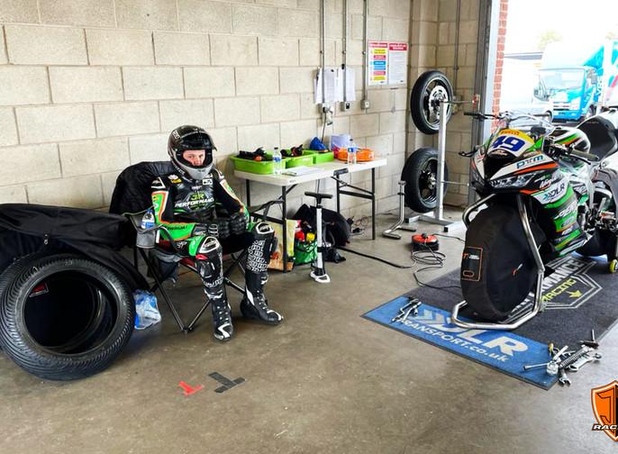 No Limits Pit Garage - Oulton - Joe Talbot 19 Racing