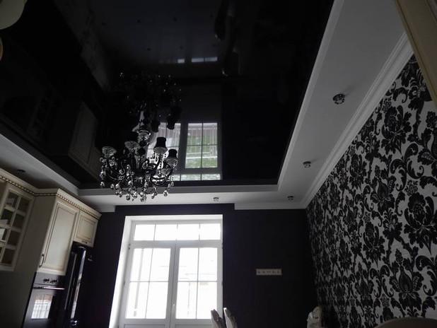 Черный глянцевый потолок на кухне
