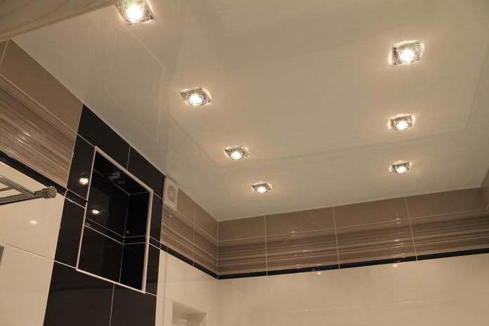 Натяжные потолки в ванной.jpg