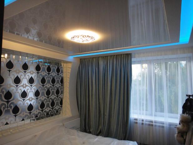 Натяжные потолки в спальне с подсветкой