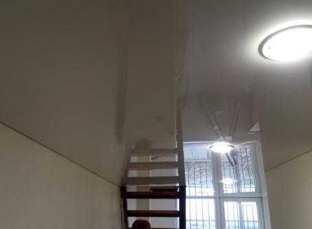 Натяжной потолок в квартиру студию