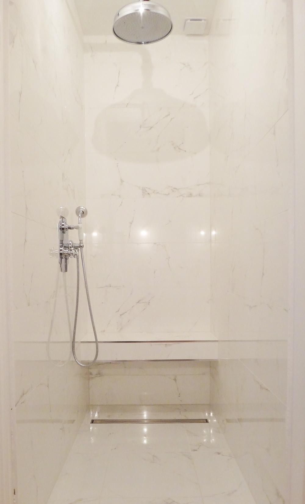 Faïence posée sur les murs d'une pièce d'eau