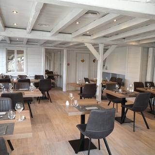 Salle de restaurant réhabilitée par OLYA Bâtiment