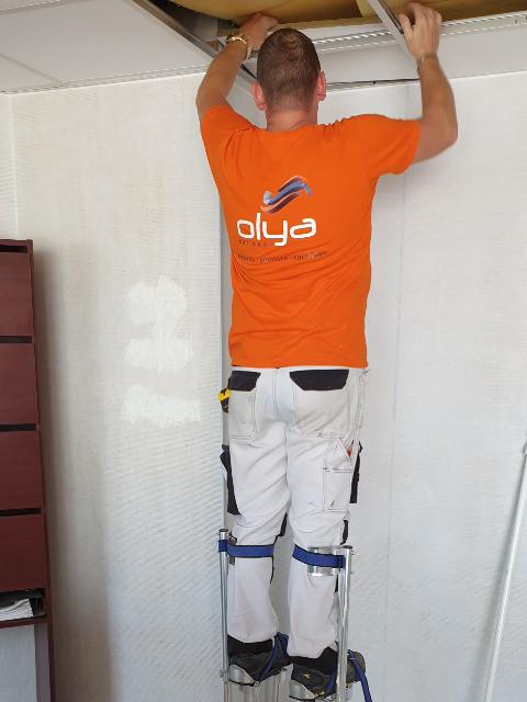 Notre spécialiste pose un faux-plafond dans un local professionnel