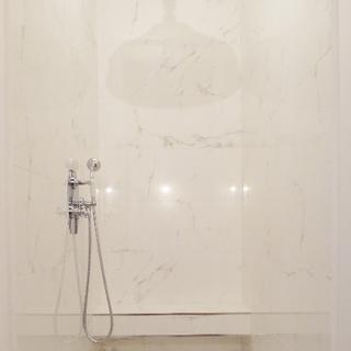 Douche, marbre blanc