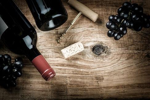 Ein Tisch mit Weinflaschen udn einem Korkenzieher