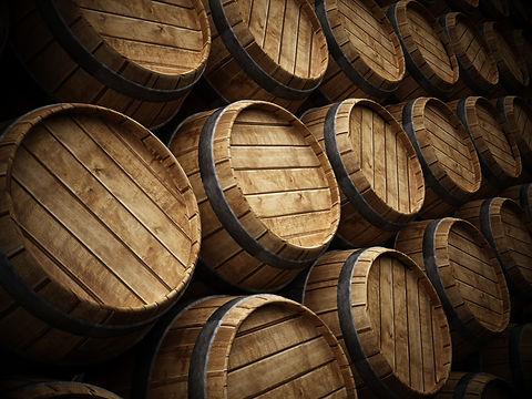 Viele Eichenholzfässer gestapelt im Weinkeller