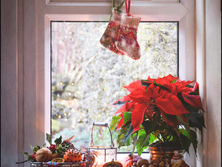 Pros and Cons of Utilizing Seasonal Design in Home Staging