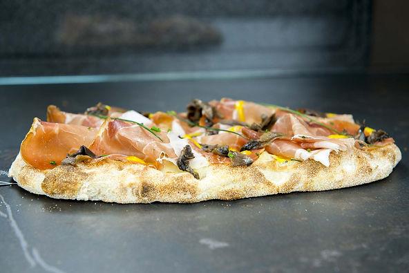 pizza artigianale in pala romana cotta su pietra pizzagourmet pizzadelivery consegna a domicilio asporto