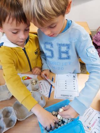 Les P2B découvrent la multiplication sous forme d'ateliers.