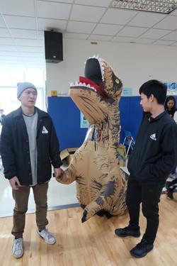 籃球賽出現恐龍很正常吧!