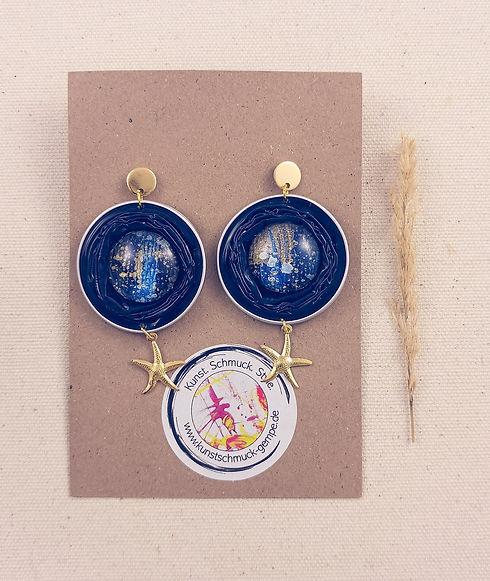 Elegante Ohrringe mit zwei abstrakten Bildern auf Leinwand in Kombination mit dem farbigen Aluminium aus recycelten Nespresso-Kapseln.