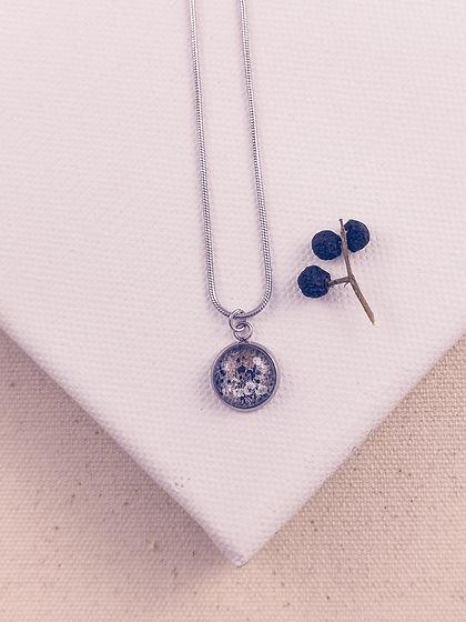 Elegante Edelstahl-Halskette mit Anhänger mit einem abstrakten Bild auf Leinwand eingefasst in Edelstahlfassung mit Schmuckschachtel..