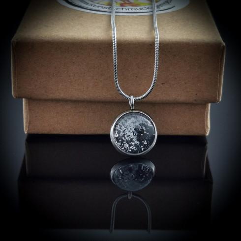 Elegante Edelstahl-Halskette mit Anhänger mit einem abstrakten Bild auf Leinwand eingefasst in Edelstahlfassung.